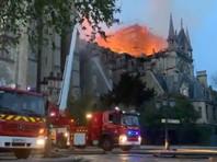 Возгорание в соборе Парижской Богоматери возникло примерно в 18:50 (19:50 мск) в понедельник. В результате пожара обрушились верхняя часть шпиля, часы собора и большая часть кровли