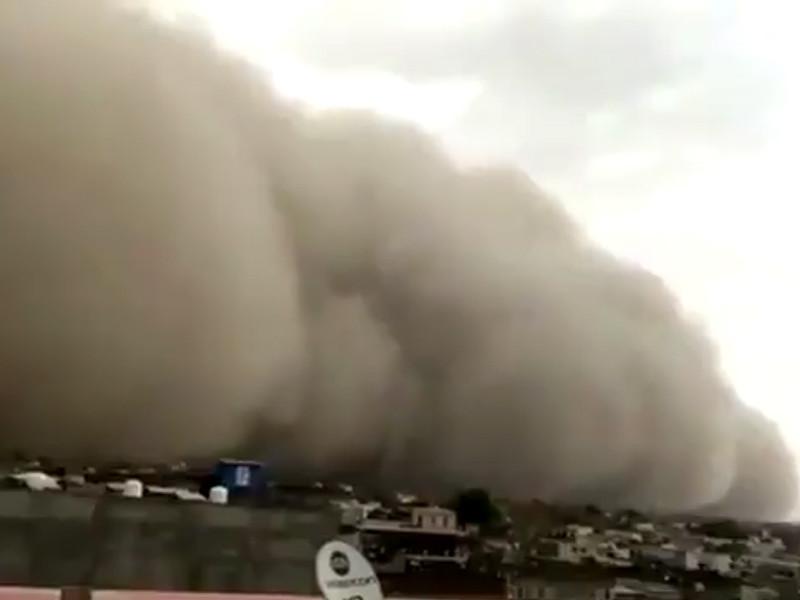 """На северо-запад Индии обрушилась мощная песчаная буря (ВИДЕО)"""" />"""