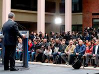 """Трансляция выступления Порошенко была организована со сцены перед стадионом, где собралось несколько тысяч его сторонников. После общения с журналистами в отдельном зале внутри стадиона Порошенко вышел на сцену и исполнил с соратниками украинскую песню """"Ты ж мэне пидманула"""""""