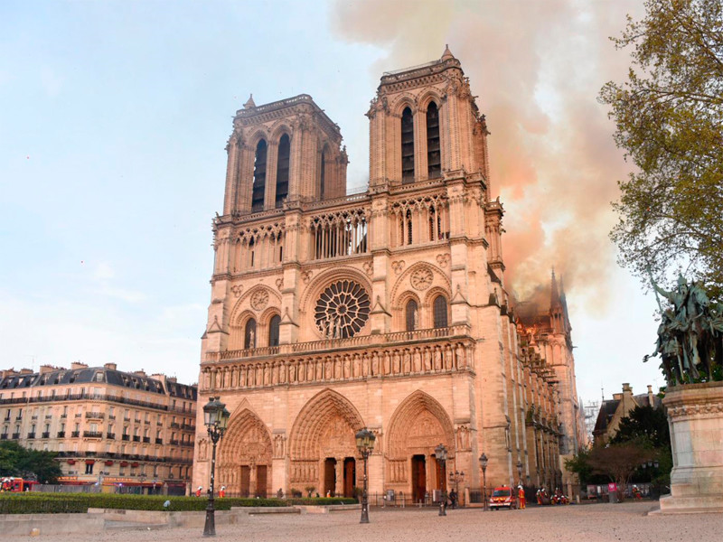 Пожар в соборе Парижской Богоматери начался вечером 15 апреля. Его удалось полностью потушить лишь во вторник утром. По предварительным данным, возгорание произошло в ходе ремонтных работ на верхних уровнях. Огонь уничтожил верхнюю часть шпиля, часы и большую часть кровли