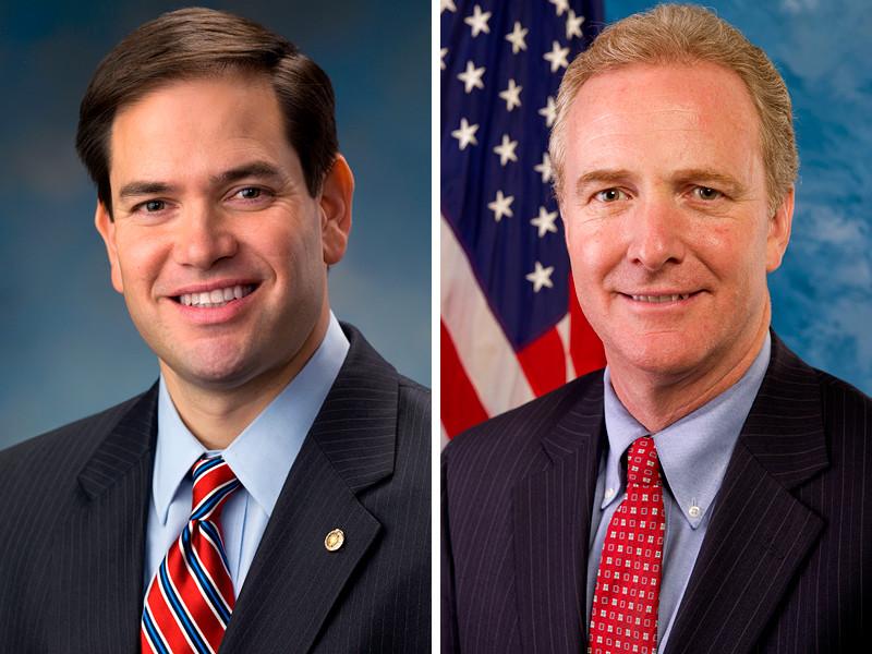 Сенаторы Крис Ван Холлен (демократ от штата Мэриленд) и Марко Рубио (республиканец от штата Флорида, на фото - слева) внесли в среду на рассмотрение Конгресса США законопроект, содержащий угрозу введения жестких санкций в отношении России для предотвращения вмешательства в американские выборы, которое снова может предпринять РФ