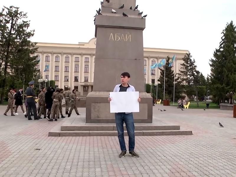 """В Казахстане полиция задержала активиста, вышедшего с пустым плакатом, чтобы доказать """"крепчание маразма"""" (ВИДЕО)"""" />"""