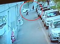В Китае водитель, выйдя из машины, поймал в руки упавшего с пятого этажа ребенка (ВИДЕО)