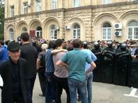 Около 300 человек собрались ранее на площади перед парламентом, требуя переноса даты выборов и отставки президента. Представители власти не выходили к участникам митинга. Сотрудники милиции охраняют общественный порядок. К зданию парламента стянут спецотряд быстрого реагирования МВД Абхазии