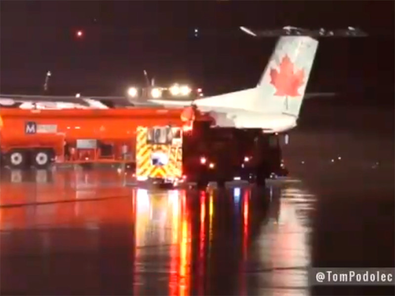 В аэропорту Торонто самолет столкнулся с бензовозом: пять человек пострадали