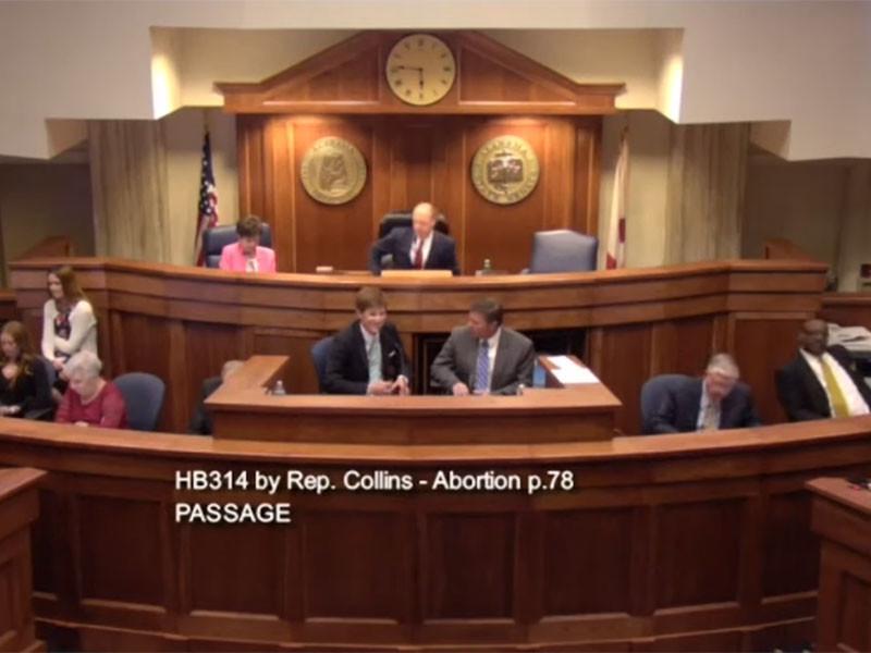 Сенат американского штата Алабама одобрил законопроект, практически полностью запрещающий аборты, даже если беременность наступила в результате изнасилования или инцеста. Документ поддержали 25 сенаторов, против выступили шестеро