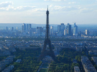 Просидевший шесть часов на Эйфелевой башне человек оказался россиянином, который приехал просить убежище во Франции