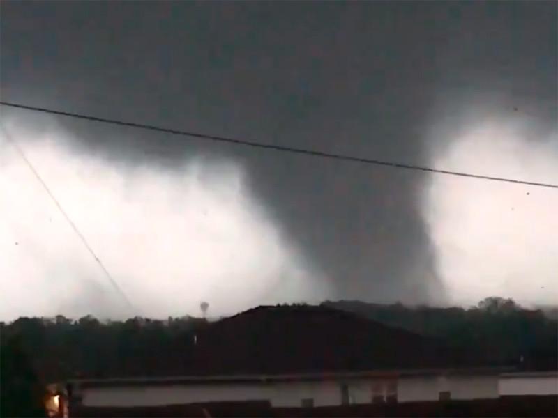 Новая серия торнадо 22 мая обрушилась на штат Миссури. Подтверждена гибель трех человек в тауншипе Голден-Сити в округе Бартон, несколько жителей получили ранения в районе города Карл-Джанкшен в округе Джаспер