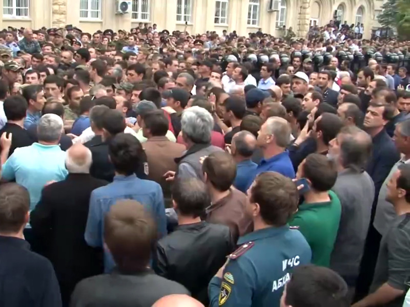 Милиция взяла под усиленную охрану территорию возле здания парламента Абхазии, где в понедельник проходит акция оппозиции с требованием перенести выборы президента республики на осень, сообщил ТАСС представитель МВД Абхазии