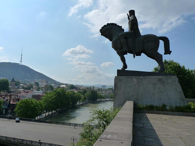 В Грузии предложили привозить российских туристов бесплатными автобусами из Баку и Еревана