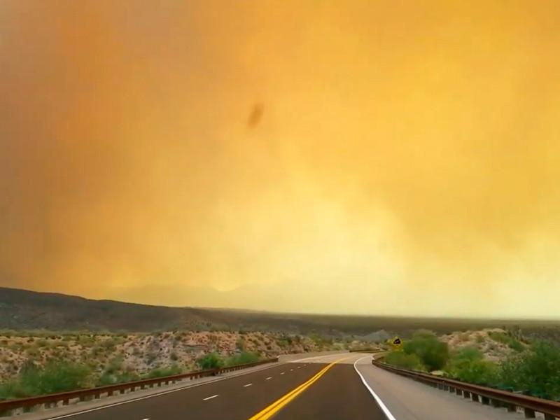 Дым от природных пожаров в штате Аризона
