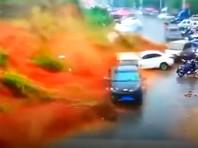 На юго-востоке Китая массивный оползень накрыл припаркованные автомобили (ВИДЕО)