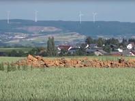 Люди обратились в полицию, которая на злаковом поле обнаружила кратер диаметром 10 метров и глубиной 4 метра