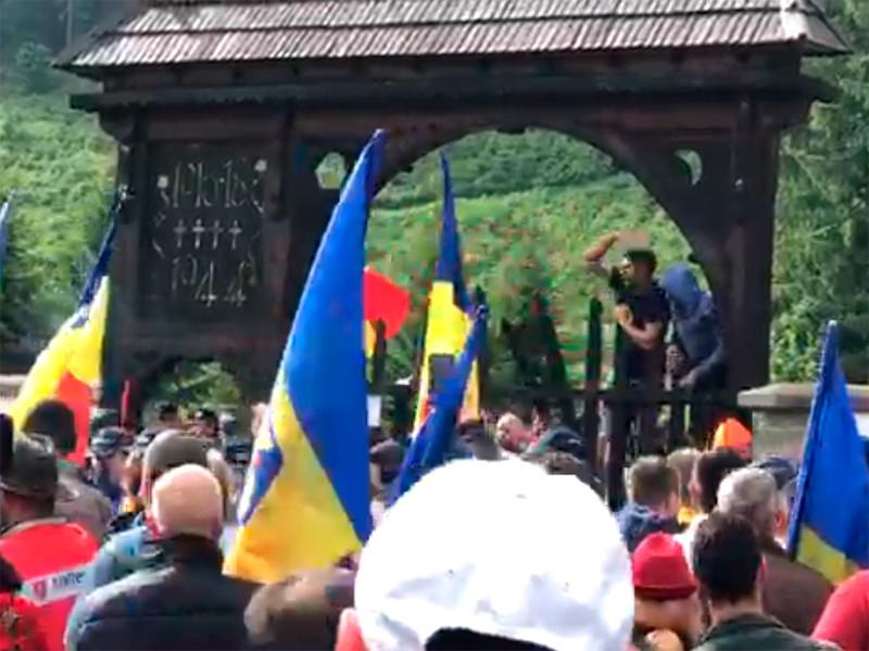 """Столкновения румын и венгров произошли на военном кладбище в румынской коммуне Валя-Узулуй"""" />"""