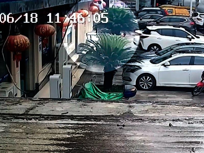 """В Китае мужчина с разбега поймал выпавшего из окна многоэтажки ребенка (ВИДЕО)"""" />"""