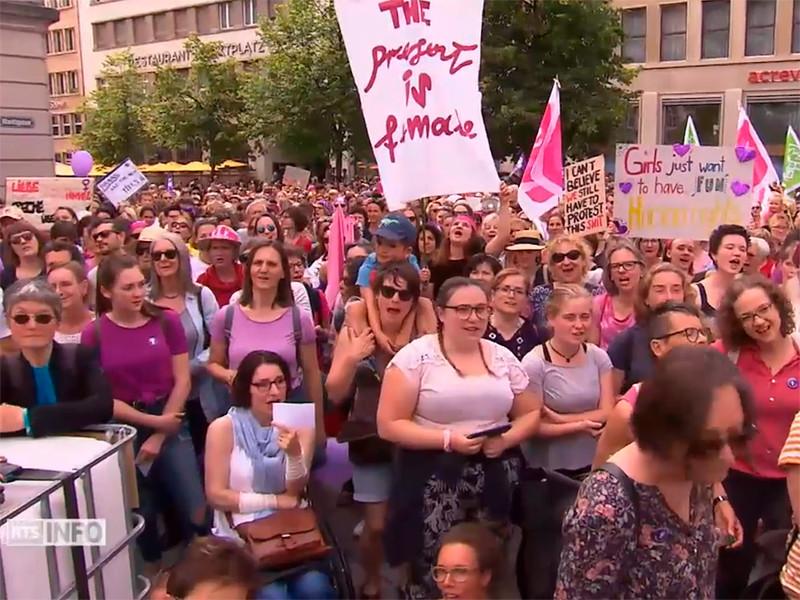 """В Швейцарии десятки тысяч женщин не вышли на работу, протестуя против неравенства"""" />"""