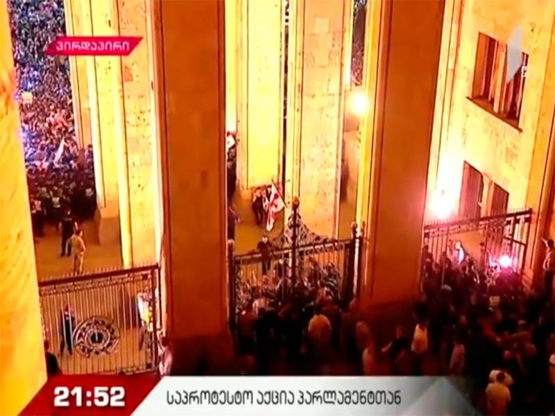 Представители оппозиционных партий Грузии вместе с многотысячной толпой в четверг пошли на штурм здания парламента страны в центре Тбилиси