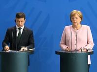 """Позднее на пресс-конференции по итогам переговоров с гостем из Киева Меркель подтвердила, что на солнцепеке ей стало не по себе, но потом она """"выпила как минимум три стакана воды, которой мне, очевидно, не хватало, и теперь все в порядке"""""""