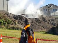 У дома на севере Новой Зеландии появилась яма, выбрасывающая на десятки метров кипящую грязь (ФОТО, ВИДЕО)