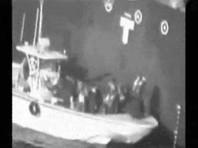 Американские военные выложили в открытый доступ видеозапись, на которой, по их утверждению, запечатлено, как лица с иранского корабля, принадлежащего Корпусу стражей исламской революции, снимают неразорвавшуюся мину с борта танкера Kokuka Courageous, подвергшегося нападению в Оманском заливе