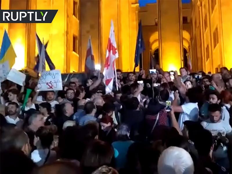 Грузинская оппозиция устроила массовые протесты у здания парламента вечером в четверг