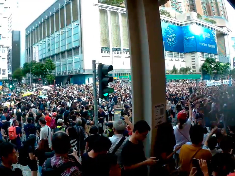 Около 230 тыс. активистов в воскресенье впервые после начала волны протестов этого года вышли на демонстрацию в материковой части города. Оценивая число собравшихся, полиция называет более скромную цифру в 56 тыс. человек