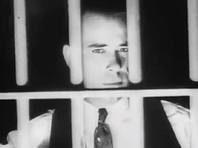 """Уже будучи женатым человеком, Диллинджер ограбил с друзьями магазин, за что получил от 10 до 20 лет тюрьмы. """"Я вошел туда беспечным мальчишкой, вышел - разочаровашимся во всем. Если бы меня тогда не наказали так жестоко за мою первую ошибку, всего этого бы не было"""", - говорил он впоследствии"""