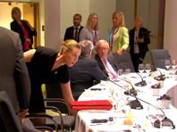 Следующая, четвертая попытка будет предпринята уже во вторник - лидеры 28 стран сообщества вновь соберутся в Брюсселе в 11:00 (12:00 мск), и если и этот саммит не увенчается успехом, то можно будет говорить о новом институциональном кризисе Евросоюза