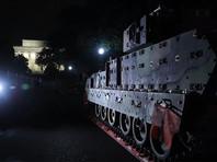 """Отмечается, что первыми экспонатами, которые появились в центре города, стали две боевые машины пехоты (БМП) """"Брэдли"""", на которых местами облупилась краска и хорошо видны пятна ржавчины. Стволы 25-миллиметровых пулеметов сняты, отверстия залеплены зеленым скотчем"""