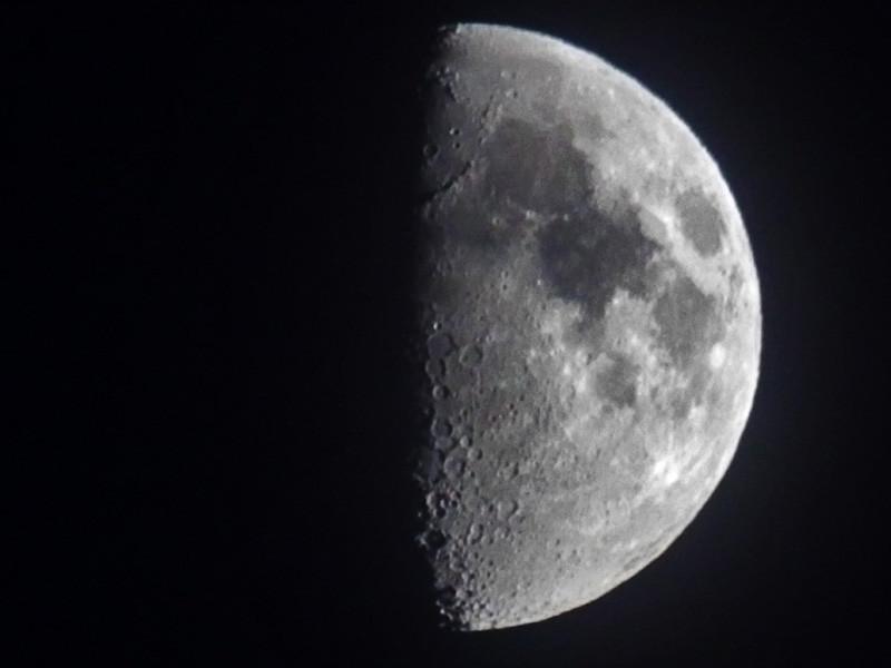 Около полуночи с 16 на 17 июля произойдет частное затмение Луны. Естественный спутник нашей планеты пройдет через южную часть земной тени и погрузится в нее на чуть больше половины своего диска (0,66 в 00:31 мск)
