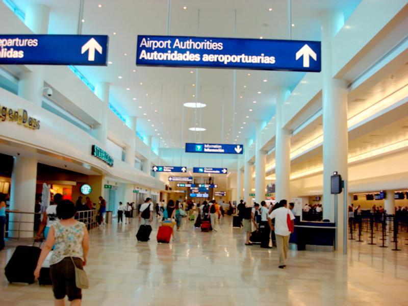 Семерых россиян, включая молодоженов, задержали в аэропорту мексиканского курорта Канкуна
