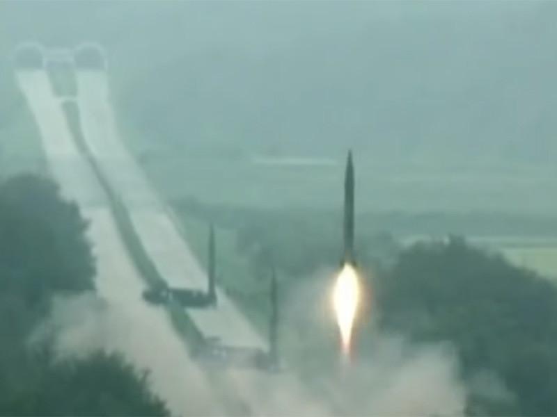 КНДР произвела запуск двух ракет в Японское море, сообщает южнокорейское агентство Yonhap со ссылкой на Минобороны страны. Пуски прошли в 5:34 и 5:57 по местному времени (23:34 и 23:57 мск)