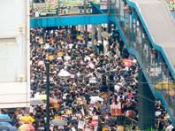 Десятки тысяч жителей Гонконга вышли в воскресенье на новую антиправительственную акцию протеста в центре города. Она проходит с разрешения властей и носит организованный характер