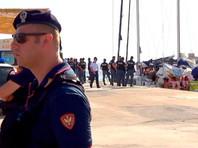 Италия конфисковала судно, доставившее в страну спасенных в море мигрантов
