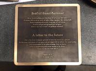"""""""Ок - это первый исландский ледник, который потерял свой статус. Ожидается, что в ближайшие 200 лет все наши ледники пойдут по одному и тому же пути. Этот памятник служит признанием того, что мы знаем, что происходит и что нужно сделать. Только вы узнаете, удалось ли нам это"""", - гласит табличка на английском и исландском языках"""