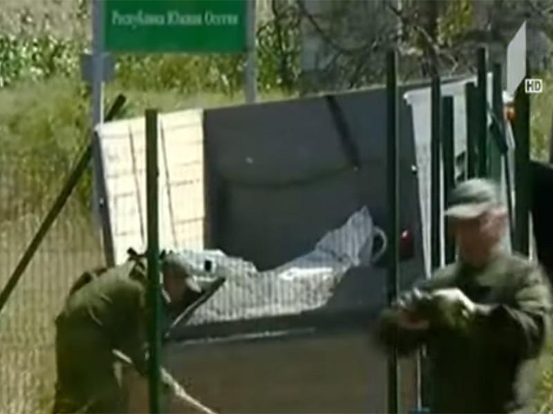 Российские военные возобновили монтаж железных столбов для установки проволочного ограждения на границе между грузинским селом Гугутианткари и селом Дисеви (территория Южной Осетии, которую грузинские власти считают оккупированной территорией)
