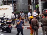 Первые три взрыва раздались один за другим с промежутками в пять-семь минут сразу после 5.00 (1.00 мск) в районе Прату Нам - один на углу улицы Пхетчабури и два в 300 метрах от первого взрыва, на первом этаже здания гостиницы Indra Regent Hotel, где расположены торговая галерея и магазины готовой одежды
