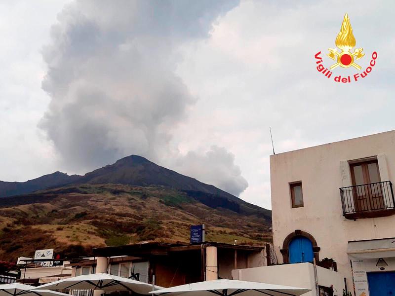 """Уровень опасности вулкана на итальянском острове Стромболи повышен до оранжевого"""" />"""