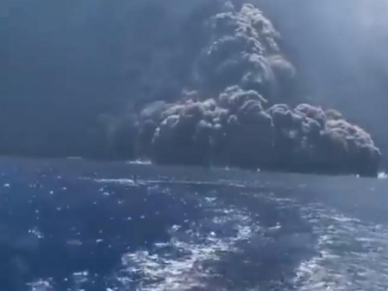 """На """"земле Божьей"""" Стромболи взорвался вулкан, выбросив пепел и камни на километр в небо. Туристы в панике бежали в море на катерах (ВИДЕО)"""" />"""