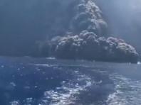 """На """"земле Божьей"""" Стромболи взорвался вулкан, выбросив пепел и камни на километр в небо. Туристы в панике бежали в море на катерах (ВИДЕО)"""