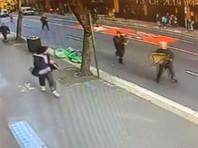Житель Сиднея напал с ножом на женщину в пабе, еще одна женщина погибла. Прохожие обезвредили его стульями (ВИДЕО)