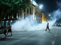 В четверг около тысячи сторонников Атамбаева направились на центральную площадь столицы Ала-Тоо, где стали требовать отставки главы государства Сооронбая Жээнбекова