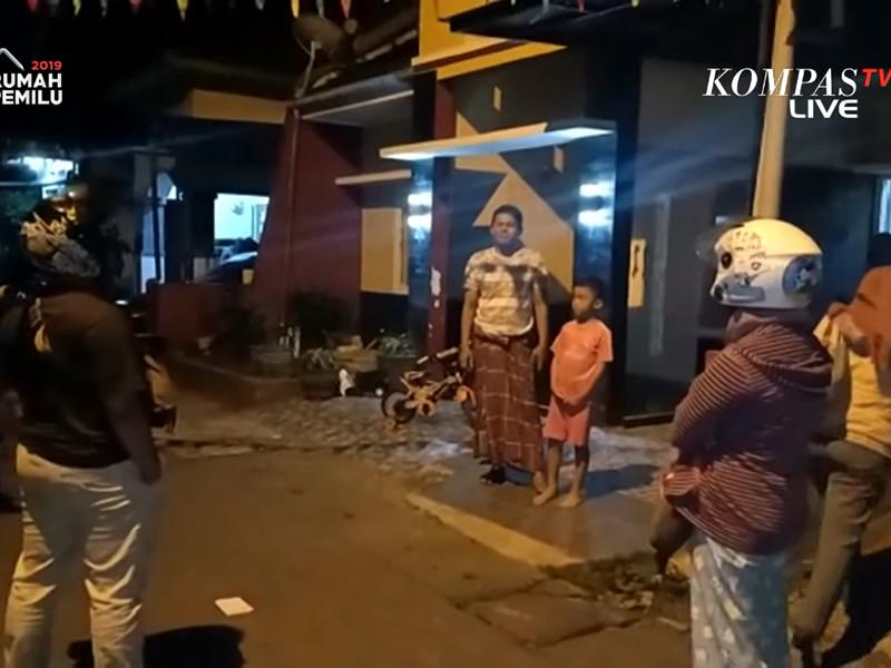 Объявлены предупреждения о цунами. В провинции Лампунг на острове Суматра и на острове Панаитан ожидаются волны высотой до 3 м, в провинции Бантен на острове Ява - до 0,5 м. Проводится эвакуация населения