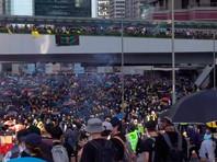 В Гонконге транспортный хаос, полиция применила слезоточивый газ, на демонстрантов напали люди с палками