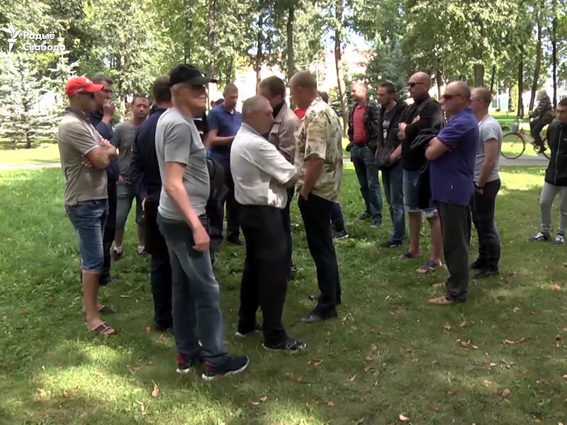 Около 50 рабочих из России, работавшие на строительстве Белорусской АЭС, 15 августа вышли на главную площадь Островца. Они требуют расчета за два месяца работы