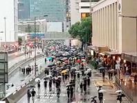 В Гонконге проходит новое шествие протестующих несмотря на дождь и запрет полиции