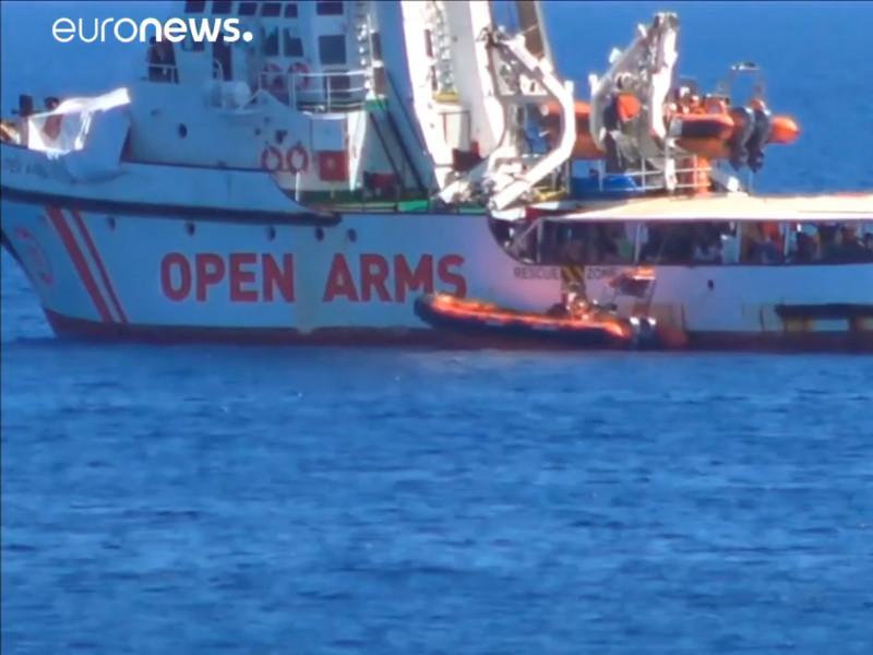 """Мадрид направит корабль ВМС, чтобы доставить мигрантов с Open Arms в Испанию"""" />"""