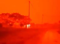 Из-за дыма природных пожаров красная мгла окутала деревню в Индонезии