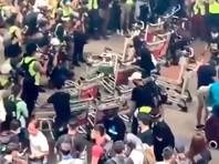 Группы протестующих перекрыли участки дорог и развязок, ведущих к воздушной гавани, недалеко от пассажирского терминала, возводят там баррикады. Полиция пока не предпринимает действий для разгона собравшихся