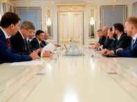 В частности говорится, что Волкер и посол США в Евросоюзе Гордон Сондленд встретились в Киеве с Зеленским и другими украинскими политиками 26 июля, на следующий день после разговора американского и украинского президентов, чтобы проинструктировать, как реагировать на требования Трампа